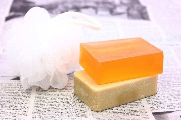 洗顔料でトラブルを起こしにくいものといえば、固形石鹸です