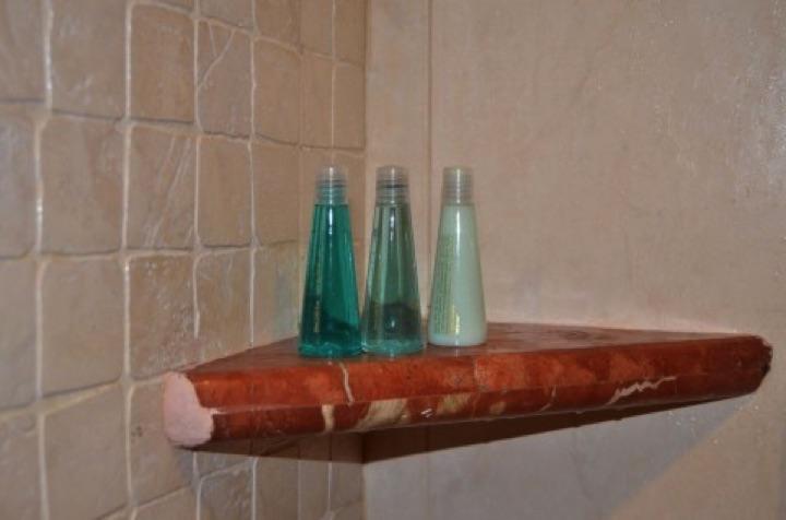 シャンプーは、主に水と界面活性剤でできている