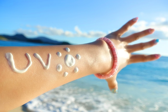 海でUVクリームを塗りアンチエイジング