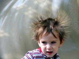 バチッ!静電気が怖いのは痛みだけじゃなく体にも悪影響あり!?