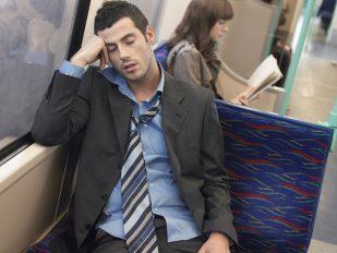電車やバスで眠くなるのは何故!?慣性の法則の謎を解明
