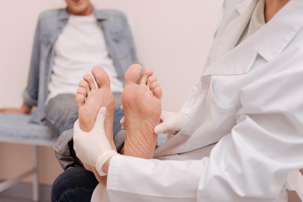うわっ、足、クサ……。足の臭いを消す6つの方法