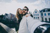 グッズやアプリを使ってラブラブカップル写真を撮ろう!こんなポーズをとるのが今っぽい!