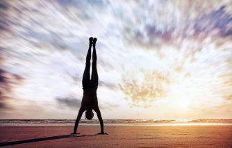 逆立ちの筋トレ効果は絶大!正しいやり方でやれば万能のトレーニングだ!