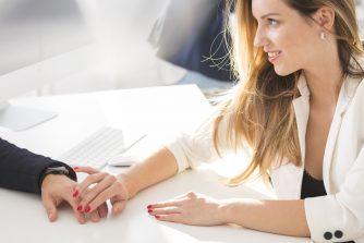女性が好きな男性にとる態度まとめ! 職場でコレをされたら女性からの脈ありサイン!?
