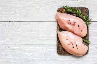 コンビニのサラダチキンのタンパク質量はどれくらい? ダイエットや筋肉への効果はあるの?