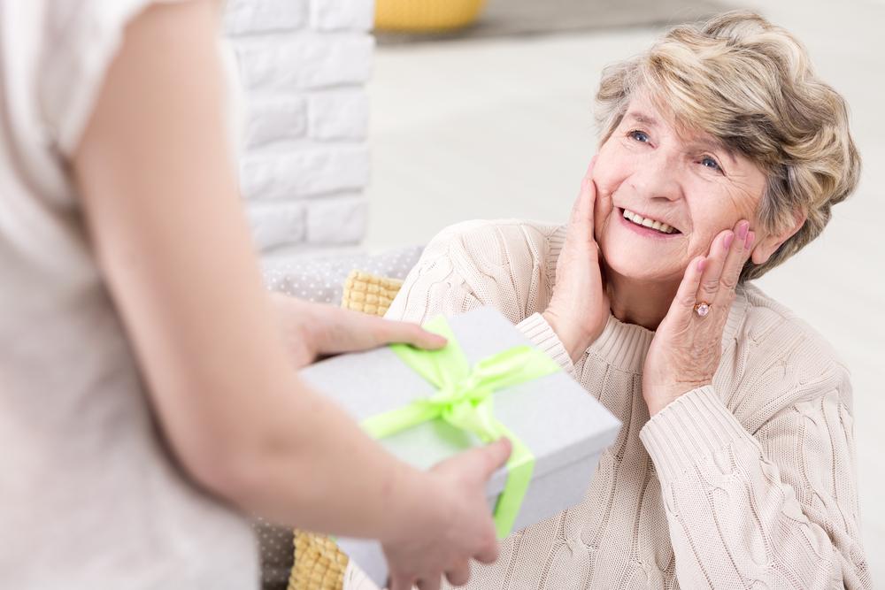 60代女性へのプレゼントを人気ジャンルから厳選!喜んでもらえるプレゼントの選び方もレクチャー!