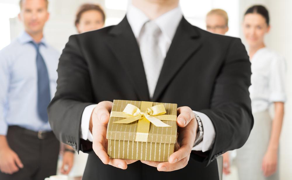 【年代別】上司への誕生日プレゼントおすすめ12選!喜ばれる選び方のコツとは?