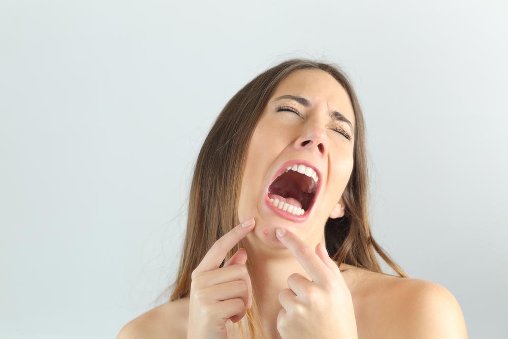 まさかの「あご」に吹き出物が!あごニキビが治らない原因とその対処法