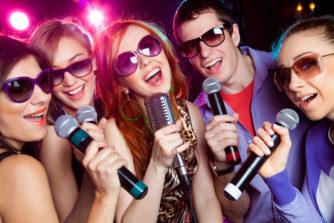 困った時のカラオケネタ選曲30選!誰でもすぐに歌える鉄板曲や爆笑必至のネタ曲まで幅広く紹介!