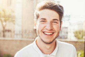 男性の笑顔にはどんな心理が隠されている?好意のサインを見抜くコツ!