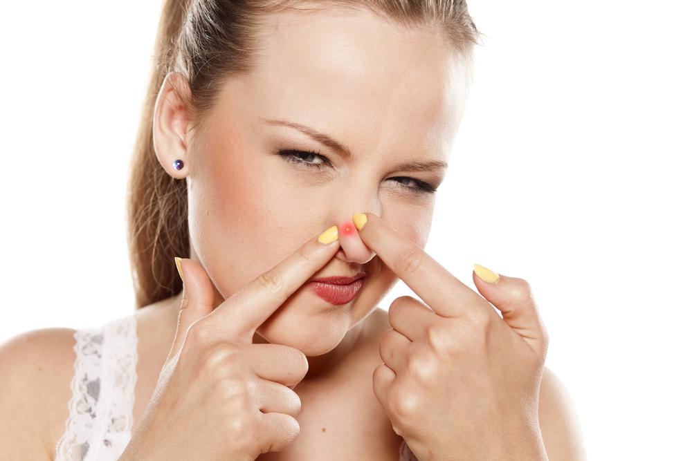 小鼻ニキビをなんとかしたい!原因や治し方、効果的なスキンケア方法って?