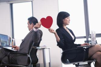 職場で一目惚れ。職場恋愛に発展させるならまずは「バレないアプローチ」で脈あり診断を!