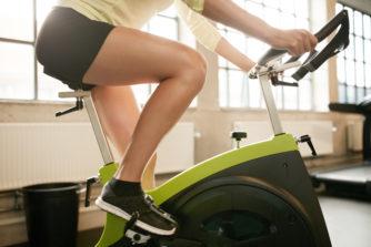 """「エアロバイクで脚やせは可能?それとも筋肉がついて太くなる!?」美脚へのカギは""""使い方"""""""