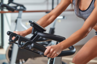 ダイエットに効果的な「エアロバイクの心拍数」設定はどれくらい?【年齢別の計算方法あり】