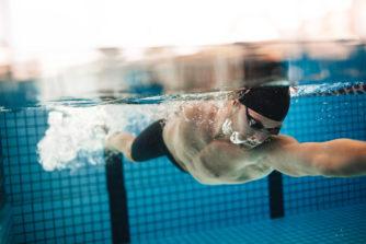 プールや海での水泳、男も脱毛するべき?【メンズ脱毛】は水泳のタイムを縮めたい人も必見!